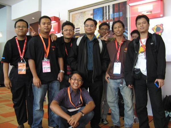 With some of Ubuntu Malaysia members (Ubunturians) at MSC Malaysia Open Source Conference 2009 (MSCOSCONF'09)